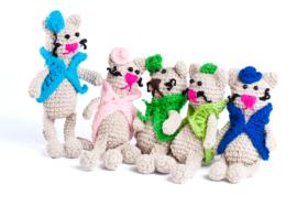 Koty w kolorowych kamizelkach